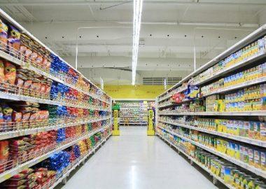 ずらりと商品が並ぶ店