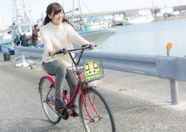 しゃっと自転車で走る女性