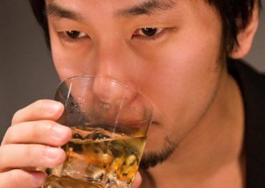 ぐびりと酒を飲む男性