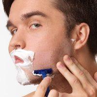 じょりりとヒゲを剃る男性