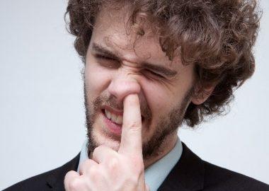 ずぼっと鼻に指を入れる男性