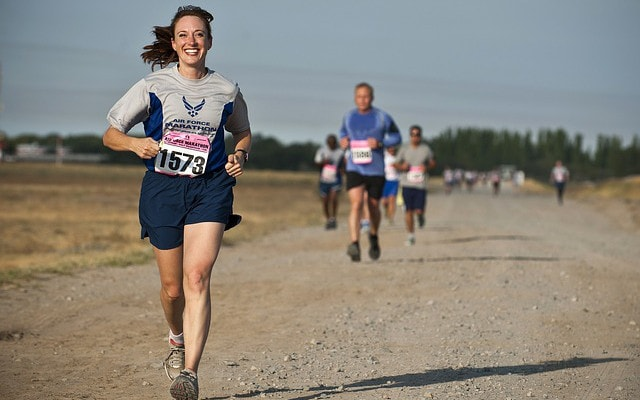 たったかたったかと走る女性