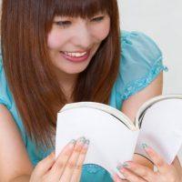げらげらと漫画を読んで笑う女性