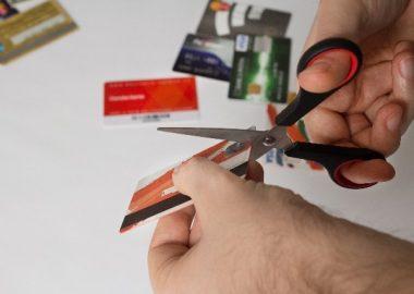 ちょきんとハサミでカードを切る
