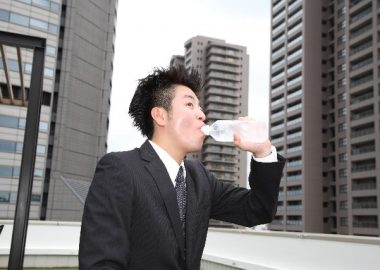ごくりと水を飲む男性