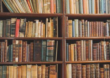 ぎしっと洋書が並べられた本棚