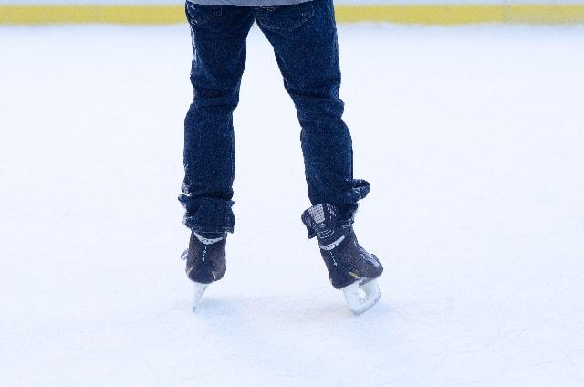つつっと氷の上を滑るスケート