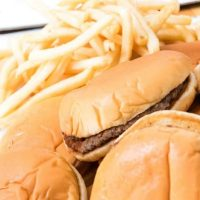ハンバーガーとポテトがどっさり