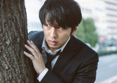 こっそりと木陰に隠れる男性