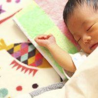 のびのびと育つ赤ちゃん