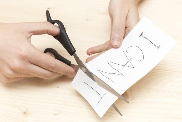 ちょきりとハサミで紙を切る