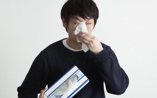鼻水でぐしゅぐしゅする男性