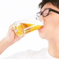 ぐびりぐびりとビールを飲む男性