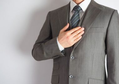スーツを着こなすかっちりとした男性