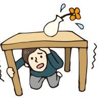 ぐらりと揺れて机に隠れる男性