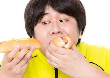 くちゃくちゃと食べる男性