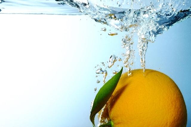 どっぷりとオレンジが水に沈む