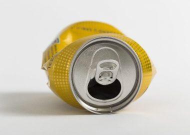 空き缶がぐしゃりと潰れる