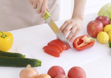 ざっくりと野菜を切る