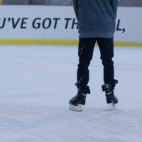 つるりとスケートを滑る