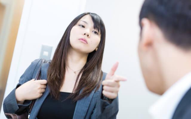 びしびしとモノ言う女性