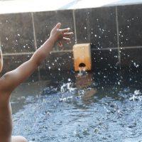 ぱしゃんとお風呂で遊ぶ男の子