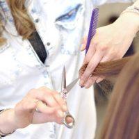 ばさりと髪を切る女性