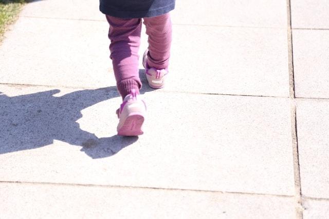 たかたかと歩く子ども