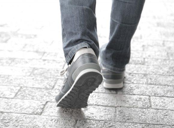 とぼとぼと歩く男性