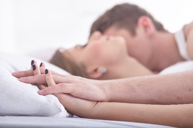 きしりきしりとベッドが揺れる