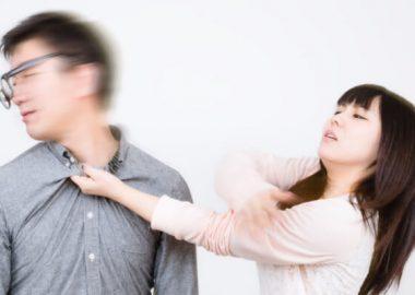 ばしんと男性の頬をはたく女性