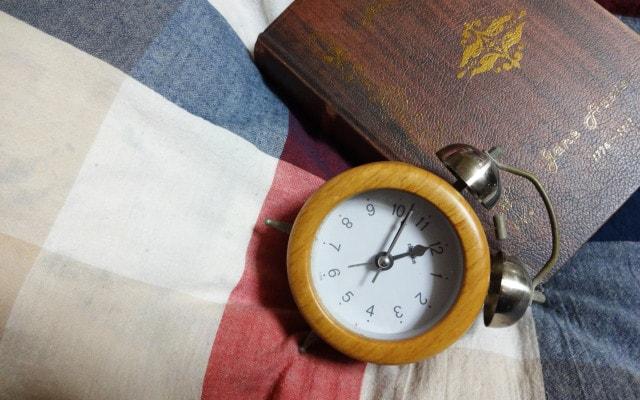じりじりと目覚まし時計が鳴る