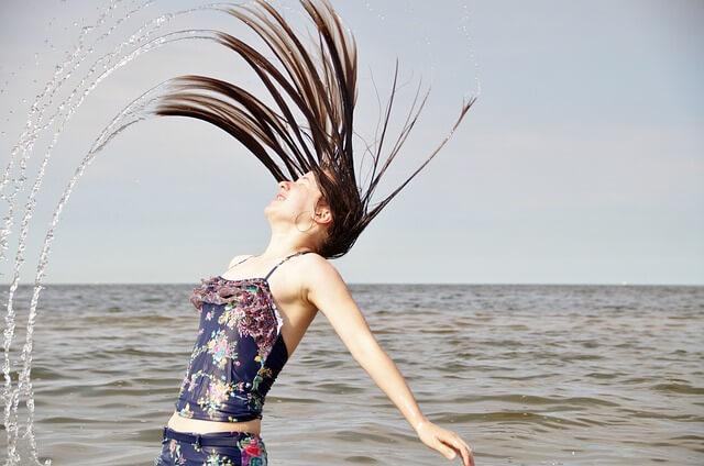 びっちょりと水に濡れる女性