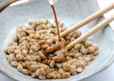 たらっと納豆に醤油をかける