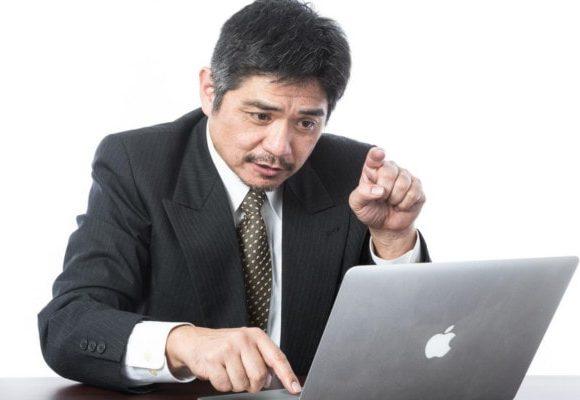 ちょんとキーボードを押す男性