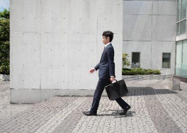 てくてくと歩く男性