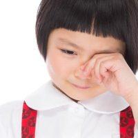 ぐすぐすと泣く女の子