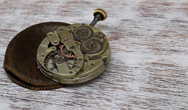 ちきちきと秒針を刻む時計