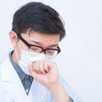 けへんけへんと咳き込む男性