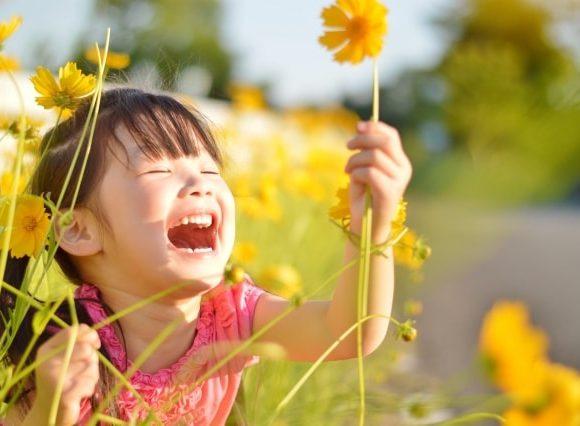 うははと嬉しそうにお花を摘む女の子