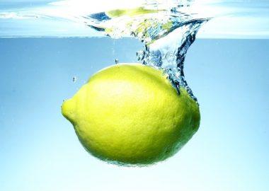 どぶんと水に沈むレモン