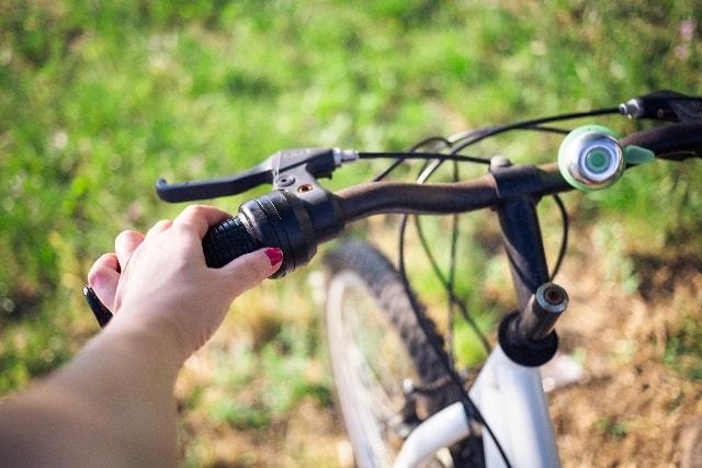 自転車のブレーキがきーと鳴く