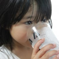 ごくんと水を飲む女の子