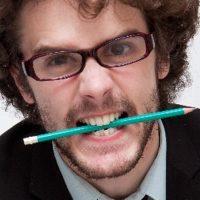 鉛筆をきしりと噛む男性