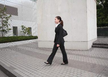 とことこと歩く女性