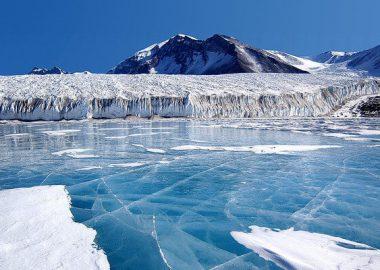 ぱりんと凍る湖
