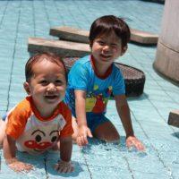 じゃぶりじゃぶりと水遊びをする子ども