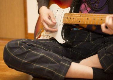 じゃかじゃかとギターを弾く