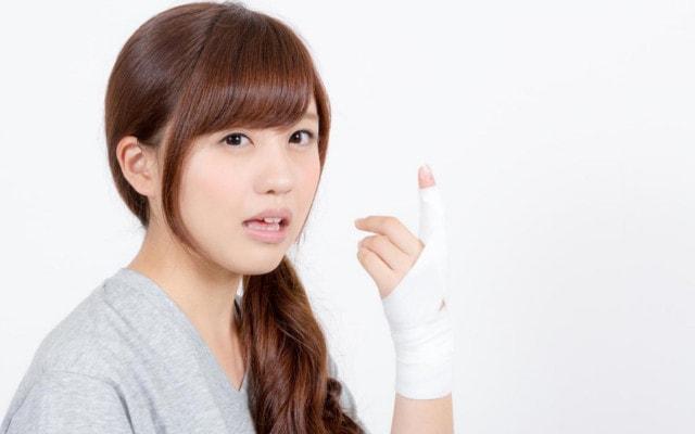 じんじんと指が痛む女性