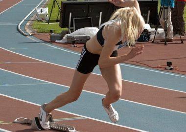 すっと走りだす女性